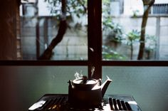Residents: Yukiko Kuroda and her cat. Occupation: Kintsugi master (a traditional Japanese method of pottery repair). Type of house: Single-story wooden building. How Soon Is Now, Day And Mood, Natural Building, Kintsugi, Kinfolk, Japanese House, Types Of Houses, Drinking Tea, Fine Dining