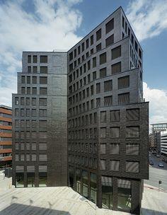 Die dunkel schimmernde Klinkerfassade versteht sich als Hommage an die Baukultur Hamburgs. <br/> Foto © Paul Kozlowski, Paris