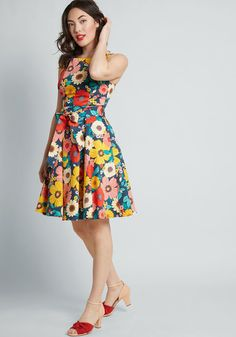 For a friend-filled soiree, the last thing you want to worry about is your outfit. So, slip into this brilliantly colorful floral dress and focus on having. Frock Design, Ladies Dress Design, Rompers Women, Jumpsuits For Women, Casual Dresses, Fashion Dresses, Women's Fashion, Ladies Dresses, Fashion Images