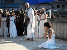 Pentephres agride Azenate violentamente na frente da população de Avaris. Veja fotos da cena! http://r7.com/s86d