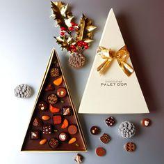 ショコラティエ パレ ド オール(東京・大手町) 「クリスマスツリーショコラ」 カカオ豆をこのコフレ用にブレンド、焙煎して作った自家製チョコレートのクリスマスツリーに、ボンボンショコラやドライフルーツ、ナッツをちりばめて。ジャンジャンブル(生姜)、エピスなどのボンボンショコラは、全てこのコフレのためだけに手作り。ショコラを一つずつ味わいながらクリスマスを迎えるのも楽しいし、手みやげにも自分へのご褒美にもぴったり。5,000円(税抜)。予約受付中。12/1〜25販売なくなり次第終了。1,000箱限定