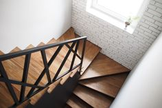 Look at this hip photo - what an inventive type Modern Stair Railing, Stair Railing Design, Home Stairs Design, Stair Decor, Modern Stairs, Interior Stairs, Loft Staircase, Staircase Handrail, Staircase Remodel