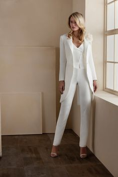 An audacious and glamorous look is captured in Higar Novias Valerio Luna Costa three-piece. The stunning style is perfect for the woman who wants to mesmerize the crowd. Wedding Pantsuit, Wedding Suits, Tuxedo Wedding, Wedding Dresses, Classy Outfits, Chic Outfits, Fashion Outfits, Suit Fashion, Modest Fashion