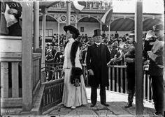 Don Porfirio Díaz en el Hipodromo de Peralvillo junto a la Baronesa de Wangeinheim, esposa del embajador extraordinario de Alemania en México. ca. 1903