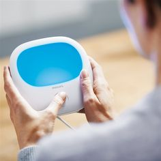 Met de Philips HF3420/01 EnergyLight voel je je weer energieker! Het blauwe licht geeft energie zoals helder daglicht dat doet. Het is klinisch getest: de natuurlijke lichtbron bestrijd je najaarsdips en je voelt je fit en stralend als in de lente.