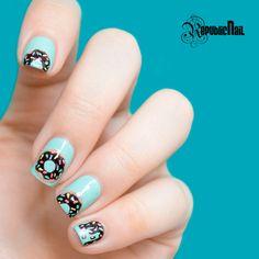 Un diseño con chispas de colores y donas en tus uñas... ¿No se te antoja?