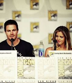 emily bett rickards and stephen amell stemily in comic-con