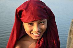 Participa hasta el 31 de agosto en el XI Concurso de Fotografía El Foton elfoton.com #elfoton15 #RetratoHumano Usuario: FlaviaATW (Myanmar) - Monje novicio en el puente U Bein - Tomada en Puente U Bein el 08/10/2014 #photos #travel #viajes #igers #500px #Picoftheday #Fotos #mytravelgram #tourism #photooftheday #fotodeldia #instatravel #contest #concurso #instapic #instaphotomatix #wanderlust #igaddict #bestoftheday #instagram