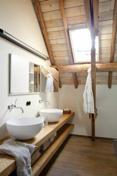 kleines Badezimmer hölrezerne Regale Dach aus Holz