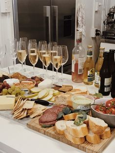 Charcuterie Recipes, Charcuterie And Cheese Board, Cheese Boards, Brunch, Snacks Für Party, Food Platters, Aesthetic Food, Food Cravings, Appetizer Recipes