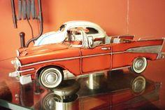 No dia dos namorados, presenteie seu namorado com uma miniatura. Além de decorar qualquer lugar, é um objeto retro que volta aos tempos remotos dos carros Chevrolet Bel Air Nomad 1957. Carro em miniatura é na Adoro Presentes. Acesse o site. #Miniaturas #RéplicasdeCarros #CarrosRetro #MiniaturasdeCarroAntigo #CarroChevrolet #1957 #Decoração