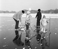 Kinder spielen Eishockey auf dem Petersdorfer See (DDR), 1976 Juergen/Timeline Images #1970er #1970s #70er #70s #Eislaufen #Schlittschuhe #Eis #Seen #Schlitten #Winter #Kindheit #Nostalgie