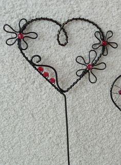 Zápich+srdce+-+červené+květy+Zápich+je+vyrobený+z+černého+žíhaného+drátu,+Ozdoby+z+červených+korálků.+Šířka+srdce+6+cm,+výška+celého+zápichu+30+cm.+Povrch+ošetřen+bezbarvým+lakem.+Barvu+korálků+lze+upravit+dle+přání+zákazníka.