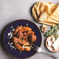 Μελωμένες πατάτες και αφράτα κεφτεδάκια, το γιαχνί στα καλύτερά του, θα γίνει το αγαπημένο σας καθημερινό φαγητό. Η μόνη συμβουλή; Καθόλου ανακάτεμα! Healthy Eating Tips, Healthy Nutrition, Vegetable Drinks, Greek Recipes, Ratatouille, Fruits And Vegetables, Bruschetta, Tasty, Meals