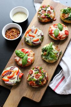 These Party-Friendly Mini Pizza Bites are the perfect injection of childhood fun for a grown-up get-together. Everyone gets to have a taste of what they like, and they are great in that they cater to everybody's dietary restrictions in a no-fuss manner. Pizza Bites, Bagel Bites, Holiday Appetizers, Appetizer Recipes, Appetizer Ideas, Healthy Appetizers, Yummy Food, Tasty, Food Presentation