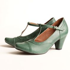 I didn't get these when they had them in saddle tan and they sold out. maybe I should get these green ones instead. I love the color.