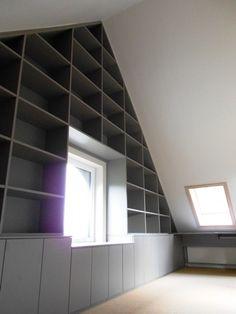 zolder ruimte benutten, cool met zo'n trap eraan voor de bovenste planken