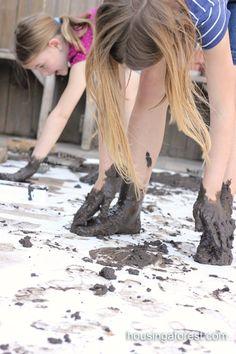 Heel veel modder, grote vellen papier en schilderen maar... Maar dan op handen en voeten!! Lekker kliederen en voelen, met een prachtig resultaat!