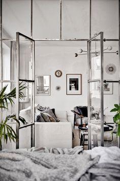 Nic nie jest tak doskonałą ozdobą dla wnętrza jak duża ilość okien. W tym mieszkaniu w każdej sypialni znalazły się conajmniej po dwa okna, dzięki czemu wnętrza są pełne światła. Wrażenie jasności potęgują białe ściany i ogromne szklane drzwi między sypialnią, a salonem. First Apartment, Apartment Living, Room Inspiration, Interior Inspiration, Piece A Vivre, Interior Decorating, Interior Design, Industrial Interiors, Luxury Living