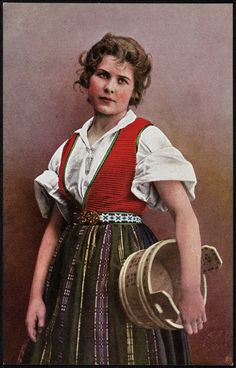 Kvinne i nasjonaldrakt holder en tine under armen Folk Clothing, Lofoten, Folk Costume, Antique Photos, Lund, Traditional Dresses, Vintage Posters, Norway, Scandinavian