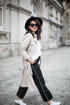 ¿Como combinar pantalones de pinzas con deportivas? Un look formal con aire cómodo y sport es el resultado para poder ir cómoda pero elegante a trabajar.