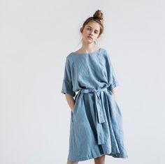 Gewassen en zachte linnen jurk met korte mouwen van daling van de schouder. De jurk is weinig A - lijn vorm en kan gedragen worden met de gordel of zonder. De gordel is opgenomen. De lengte van de jurk is +/-38.5(98 cm). De lengte van de jurk tot 110 cm is gratis, dus laat een notitie als u wilt dat uw lengte worden uitgebreid.  +++++++++++++++++++++++++++++++++++++++++++++++++++++++++++++++++++  WAT MAAKT UW ITEM SPECIAAL.  Onze artikelen zijn handgemaakt in kleine studio in kleine hoev...