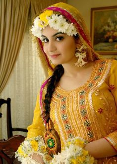 Pakistani #Bridal used yellow #mehndi dress, green or red contrast on Mendi events