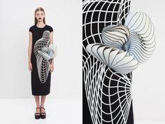 """コンピューターで描いたような直線や曲線のプリント、服の一部を拡張させたようなデザインで""""近未来を連想させる服""""を発表した、イスラエル出身のデザイナー、ノア・ラビブ(Noa Raviv)にインタビュー。"""