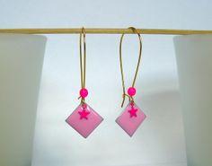 Boucles d'oreille grandes dormeuses ◆LES CARRES◆ rose pale, rose fluo et doré : Boucles d'oreille par soph-t