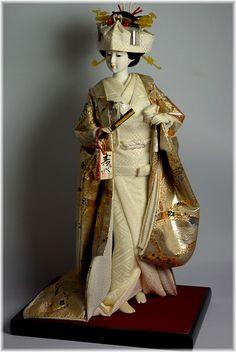 japońskie lalki z kimono ślubnej oraz z wentylatorem w ręku