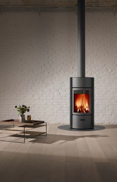 A modern fireplace with a 3-door rotating system, the Stuv 30 transforms into a efficient slow combustion stove or an open fireplace in an instant.