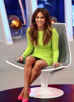 Jennifer Lopez con un vestido verde y unos zapatos rosados, que bella combinacion!