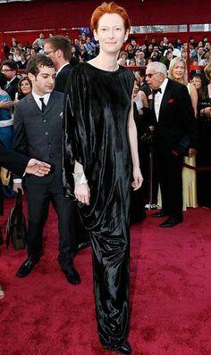 Тильда Суинтон (Tilda Swinton), 2008 год:   «Тильда редко ошибается в выборе наряда, но этот угнетающий образ - ее худший лук на сегодняшний день. Ни одного разреза, ничего поразительного... Как ворона».