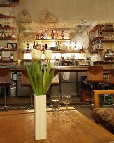 Wochenende! Das wird erstmal mit einem Karamell Latte im @meinhausamsee gefeiert. Wie startet ihr ins Wochenende? #berlin #mitte #meinhausamsee #wochenende #hochdiehändewochenende #berlinmitte #hausamsee #visit_berlin #berlinvibes #weloveberlin #ig_berlin #berlinstagram #berlinerecken #berlin2go #berlin4you #berlincoffee #rosenthaler #rosenthalerplatz #igersberlin #diewocheaufinstagram #unverputztewand #wall #bar #cafe #berlincafe