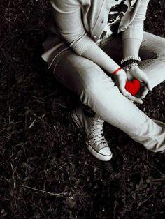 """Medo De Se Machucar Novamente  Há traumas que parecem nos impedir de prosseguir, criam barreiras, roubam expectativas e sonhos. A pessoa investe tanto, acredita, faz planos e, de repente, o """"amor de sua vida"""" torna-se alguém que você já não reconhece mais. Impossível não se decepcionar. Por isso,quando um novo amor bate à porta, o medo vem junto. É difícil acreditar de novo. Por isso, ter certa cautela é importante, porém não adianta se proteger demais. Quem não corre riscos, não vive..."""