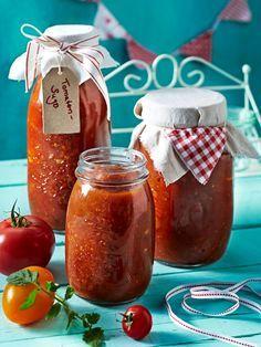 Tomatensoße ist ein leckerer Begleiter zu Pasta und vielen anderen Gerichten. Am besten schmeckt's natürlich selbst gemacht.