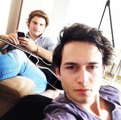Jongens van zomaer Bart en Thomas zijn druk met zomaer