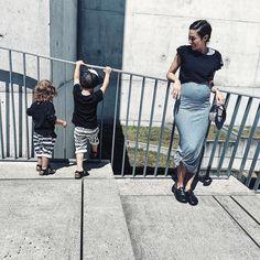 Love your bump!⠀ ⠀ #minime #boysmama #kidsfashion #stylegram #stripes #pregnancy #twinning #ootd #styleinspiration #stylist #momlove #familylife #swissblogger #stadtlandkind #linkinbio👆 ⠀ ⠀ 📷 @style_by_dby