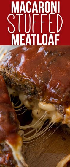 Macaroni Cheese Stuffed Meatloaf My whole family LOVES this Macaroni and Cheese Stuffed Meatloaf! It's filled with extra cheesy macaroni and the meatloaf is perfectly tender! Beef Dishes, Food Dishes, Dinner Dishes, Main Dishes, Crockpot Dishes, Meat Recipes, Cooking Recipes, Cooking Games, Cooking Beef