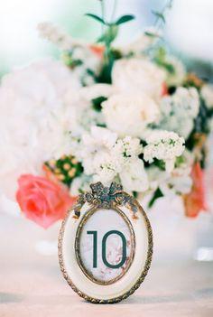 Uma linda decoracao nas cores branco e coral!  blog minha filha vai casar casamento liliana bruno branco prata