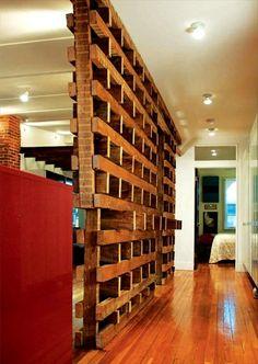 zimmer-mit-einer-trennwand-aus-paletten- originell - 42 kreative Raumteiler Ideen für Ihr Zuhause