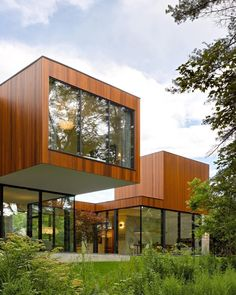 In a bid to re-establish close relationships between family generations, Toronto-based architecture and design studio Williamson Williamson has created 'The House on Ancaster Creek' in Ontario, Canada. Residential Architecture, Contemporary Architecture, Roof Architecture, Modern House Design, Home Design, Design Homes, Interior Design, Design Ideas, Interior Tropical