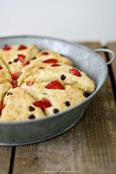 Kokos-Scones mit Erdbeeren und Schokoladenstücken ✓