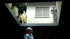 Juan Munoz, Double Bind, dramatisch inszeniert über den Köpfen der Betrachter, 2001