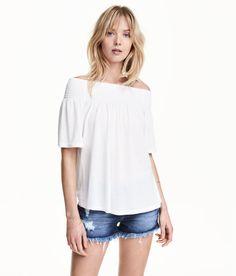 Sieh's dir an! Off-Shoulder-Shirt aus Viskosejersey. Das Shirt hat oben eine breite Smokpartie und kurze Ärmel.  – Unter hm.com gibt's noch viel mehr.