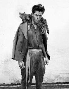 Francisco Lachowski, with a cat.