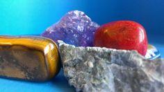 Všetky minerály pekne pokope. Jedinečný zoznam liečivých kameňov podľa farieb a účinkov na zdravie Nordic Interior, Plastic Cutting Board, Healing, Fruit, Vegetables, Crystals, Reiki, Food, Essen