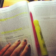 """L'annotation est ce qui rend visible et rend manifeste le labeur. En commentaire : 1. L'annotatrice : """"#thirstythursday hah lawl this is my first Thursday of college #annotations #nails #highlighter #pink #pen #textbook"""". 2. Une camarade : """"@sarah_goldstein sucks to be smart and motivated huh ? ..today started my four day weekend ! Yay wine!"""""""