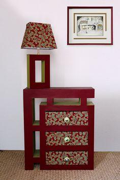 Meuble à tiroirs et pied de lampe réalisés en carton