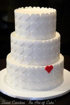 "Bolo casamento com decoracao de coracoes - Sweet Carolina ""The art of Cake"". SImple yet so extremely beautiful. POssibly my favourite cake so far. Gorgeous Cakes, Pretty Cakes, Amazing Cakes, Wedding Cake Designs, Wedding Cake Toppers, Wedding Cakes, Cake Cookies, Cupcake Cakes, Gateaux Cake"